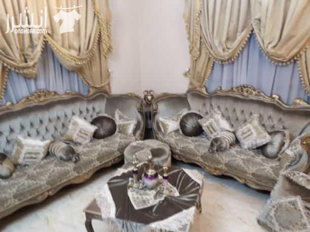 غرفة ضيوف للبيع  مع الستائر والطاولات بدواعي السفر بحاله جيده جدا