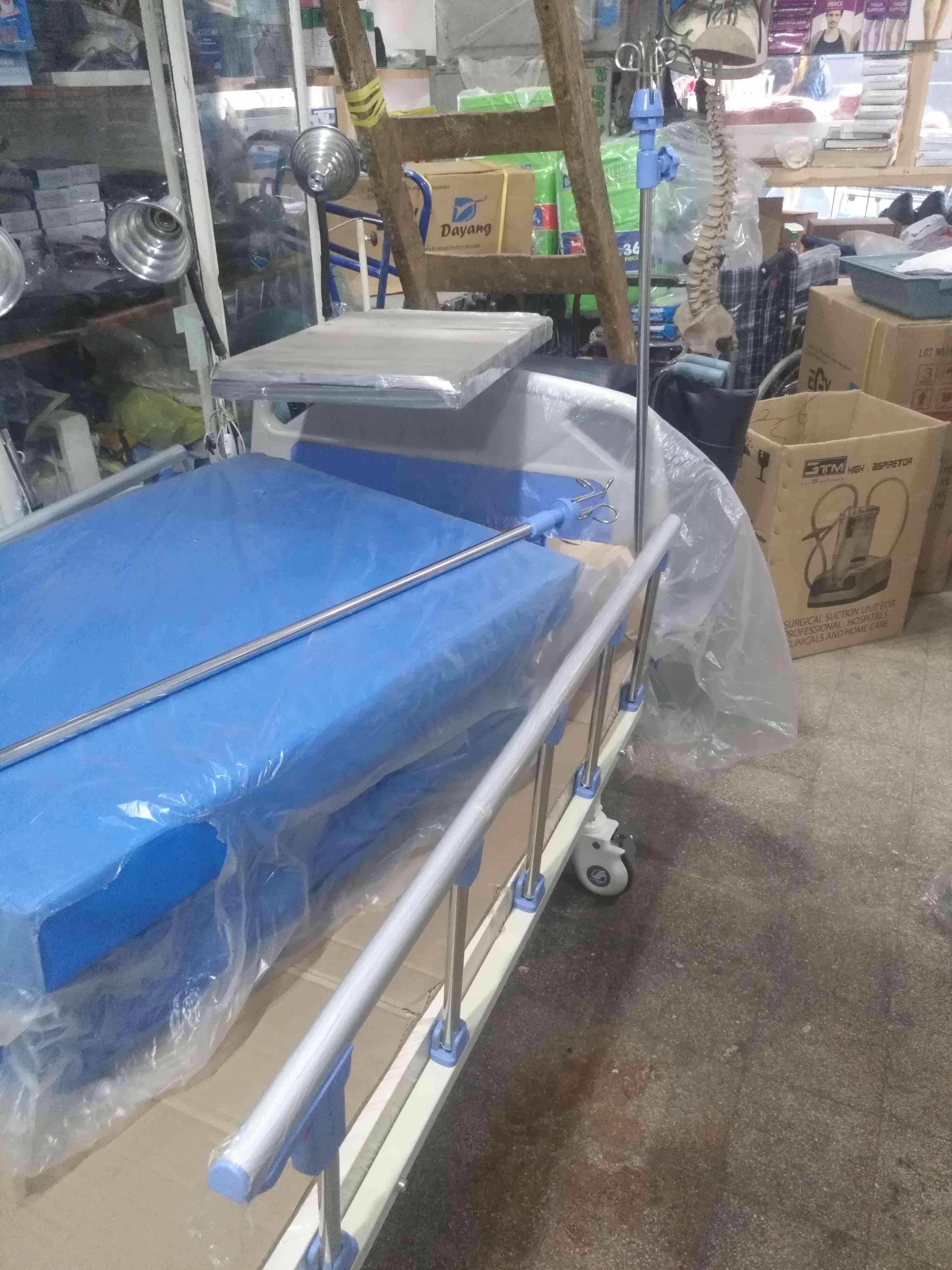 سرير طبي مستورد بالكهرباء بالمرتبة و حامل...