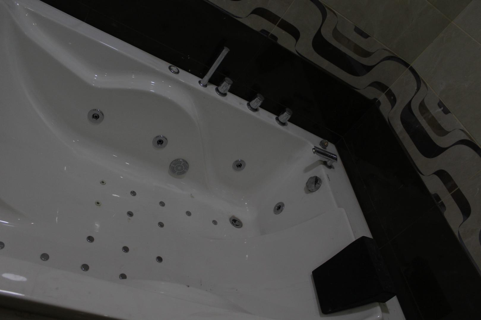 للاجار في أبو ظبي غرفتين ✌🏻وصاله مساحة الغرفه 6/6 والصالة 6/5 مطبخ كبير حمامين شامل ماء و�-  للبيع او ايجار شقة فارغة...
