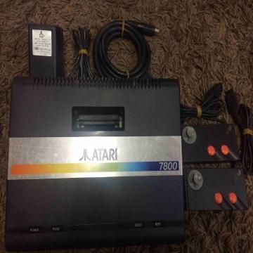 - Atari 7800  مستعمل كامل الأغراض الجهاز والمحول ويدتين عدد 2 مع...