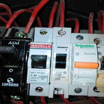 - كهربائي منازل كهربجي متخصص بالصيانة والاعطال ومشاكل انقطاع...