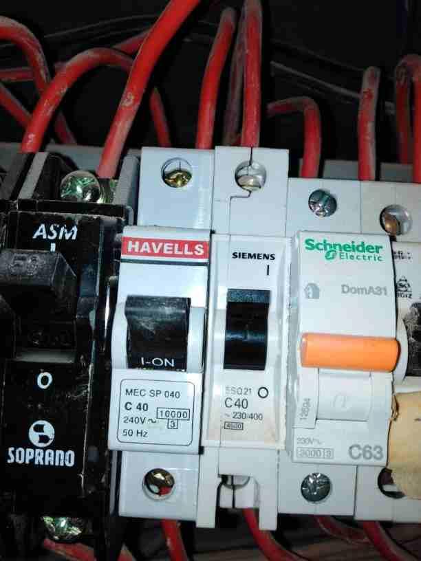 كهربائي منازل كهربجي متخصص بالصيانة والاعطال ومشاكل انقطاع الكهرباء...
