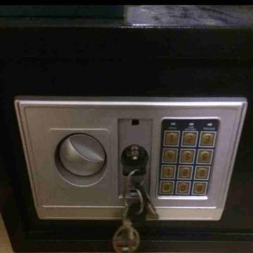 - خزنة ديجيتال تعمل على رقم سري و مفتاح وزن ٧ كيلو قابلة للتثبيت