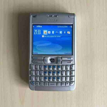 - Nokia E61 حاله ممتازه جدا موديل ٢٠٠٦ بالبطاريه والشاحن الأصلي...